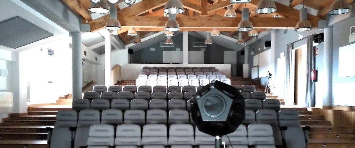 Medición acústica acreditada de sala de teatro y auditorio